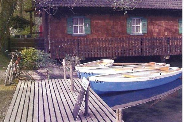 Haus mit Booten direkt am See